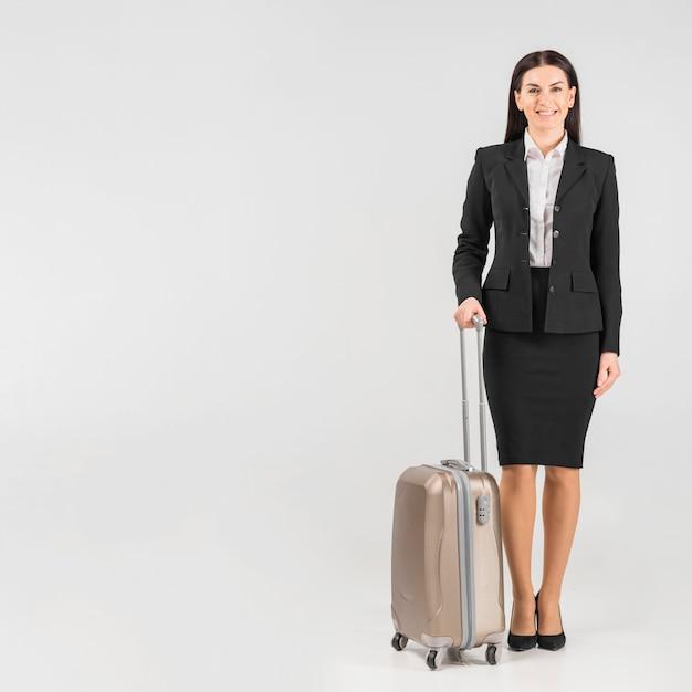 スーツケースと制服を着たスチュワーデス 無料写真