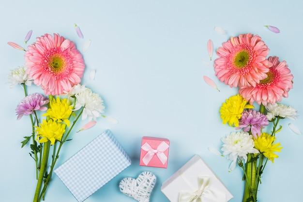 プレゼントボックスの近くの生花のブーケ 無料写真