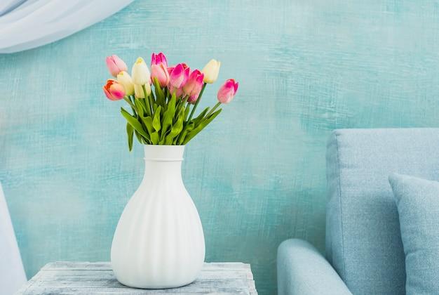 テーブルの上のチューリップの花瓶 無料写真