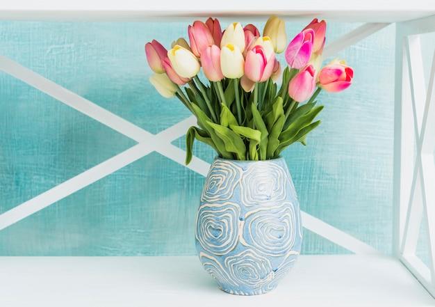 チューリップと塗られた花瓶 無料写真