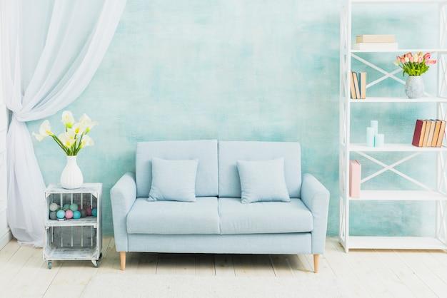 青いリビングルームの花の装飾 無料写真