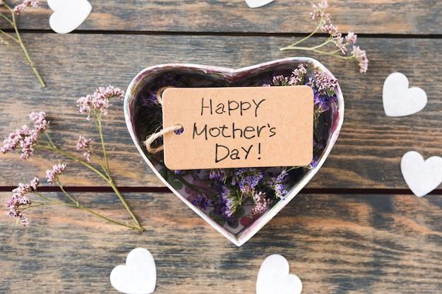 ボックスに小さな花で幸せな母の日碑文 無料写真
