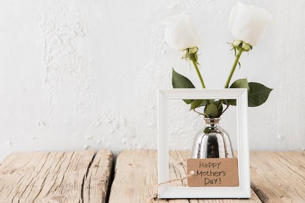 花瓶の白いバラと幸せな母の日碑文 無料写真