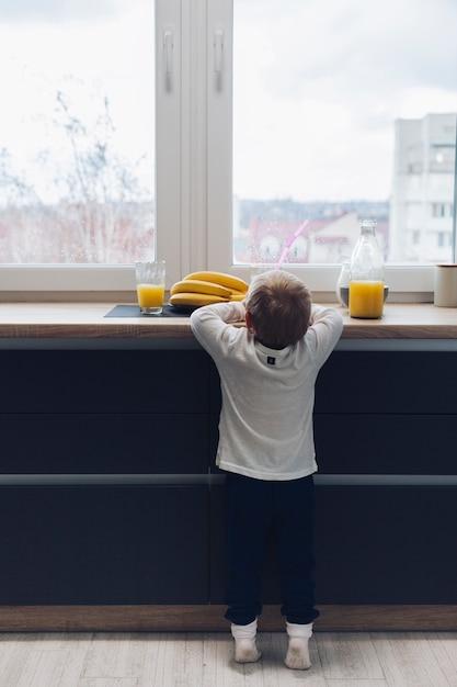 Мальчик завтракает Бесплатные Фотографии