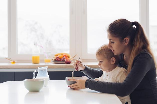 ママと息子の朝食 無料写真