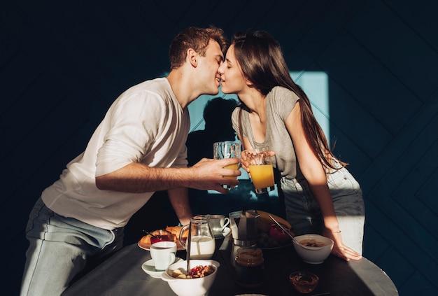 朝食を食べて若いカップル 無料写真