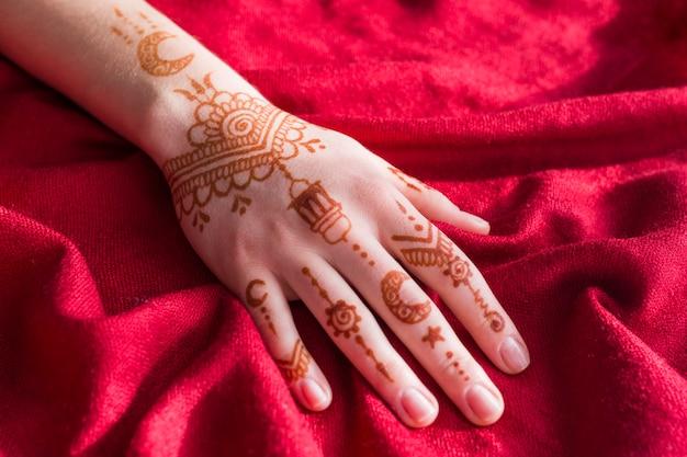 Замечательная менди рисует на руке леди Бесплатные Фотографии