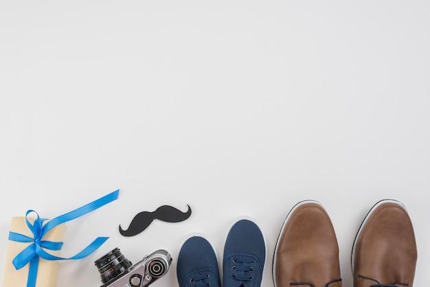 男の靴、カメラ、口ひげのギフトボックス 無料写真