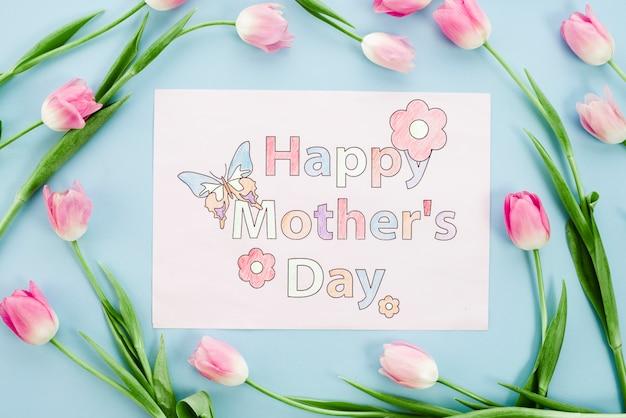 幸せな母の日ピンクのチューリップと紙の上に描画 無料写真