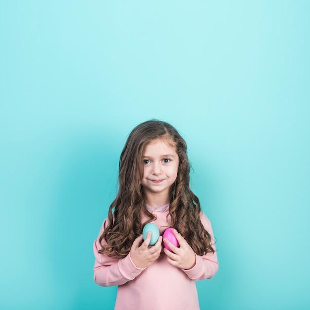 Маленькая девочка с пасхальными яйцами Бесплатные Фотографии