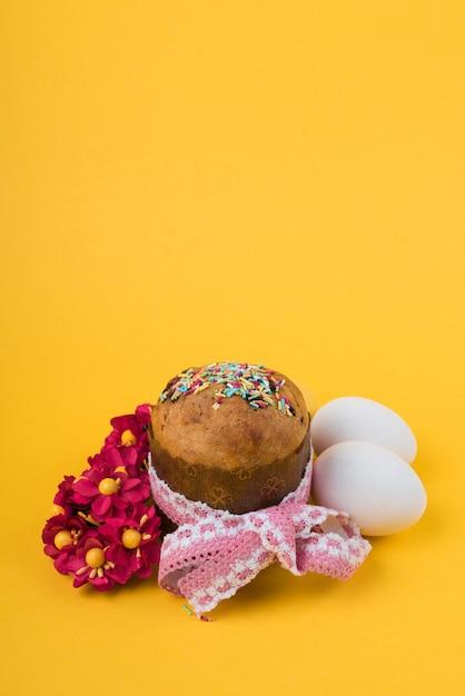 卵と赤い花の大きなイースターケーキ 無料写真