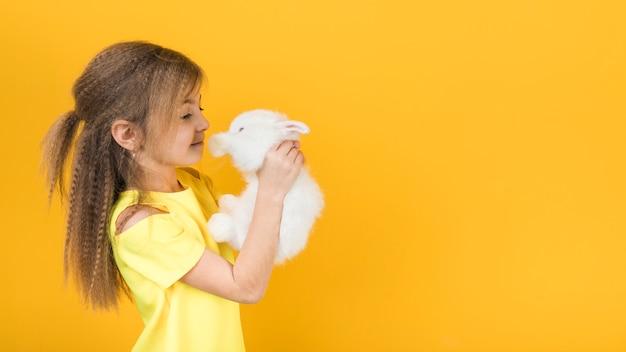 白ウサギを見てかわいい女の子 無料写真