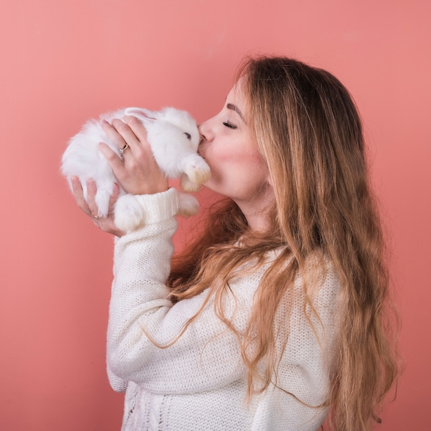 Молодая женщина целует кролика Бесплатные Фотографии