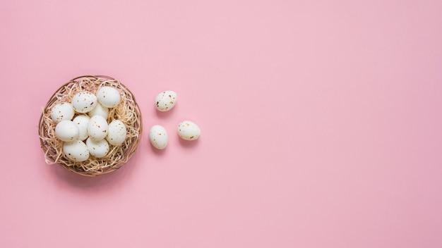 テーブルの上の巣に白い卵 無料写真
