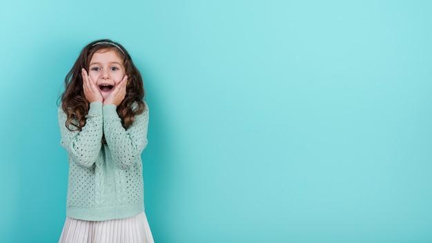 カメラを見て驚いた少女 無料写真