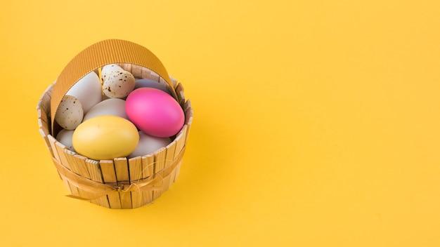 Красочные пасхальные яйца в деревянной корзине Бесплатные Фотографии