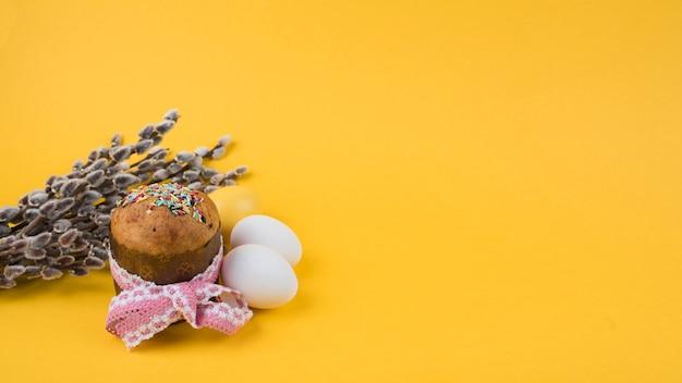 柳の枝と卵のイースターケーキ 無料写真
