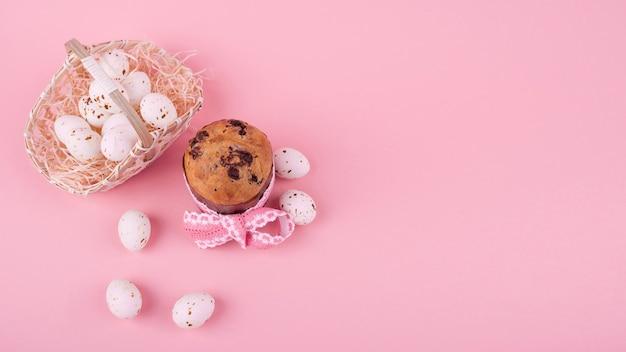 バスケットの卵と大きなイースターケーキ 無料写真