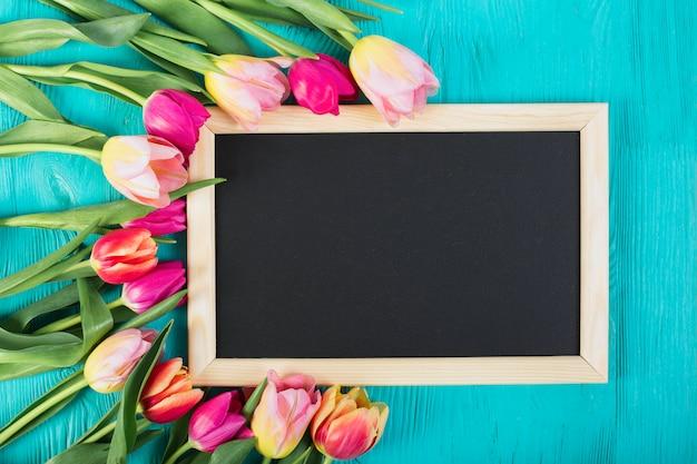 チューリップの花束の周りのフレーム黒板 無料写真
