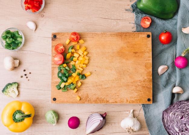 木製のテーブルにみじん切りの野菜とまな板の上から見る 無料写真