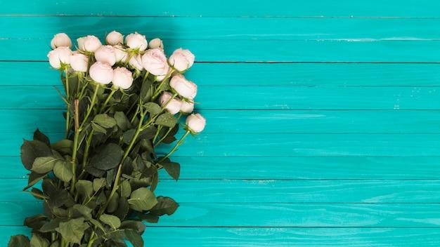 緑色の背景で白いバラの花束 無料写真