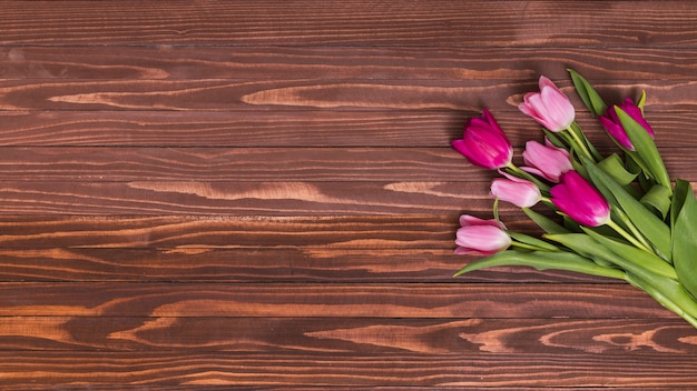 木製のテーブルにピンクのチューリップの花のオーバーヘッドビュー 無料写真