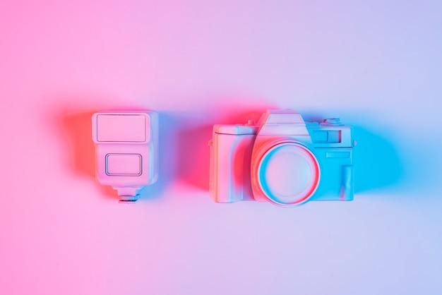 ピンクの背景に対してビンテージカメラで塗られたレンズのクローズアップ 無料写真