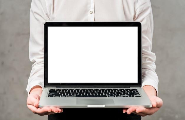 白い画面表示を手でラップトップを保持している若い実業家の中央部 無料写真
