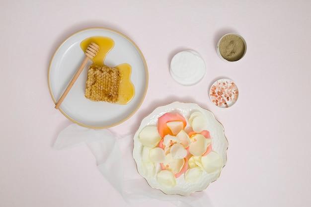 ハニカム花びら綿パッド;ラッスール粘土。岩塩と白い背景の上のハーブの地面 無料写真