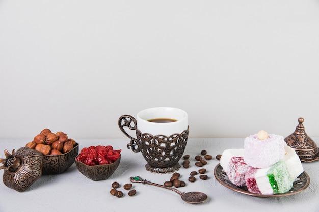 コーヒーとヘーゼルナッツのトルコ料理 無料写真