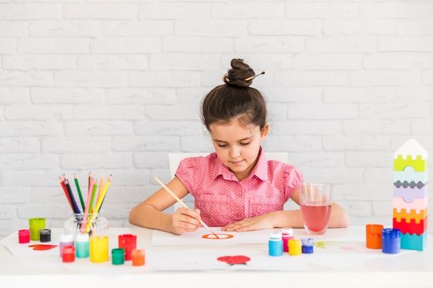 絵筆で白い紙に絵の少女の肖像画 無料写真