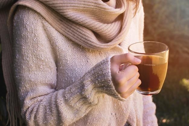 ティーカップを持つ女性の手のクローズアップ 無料写真