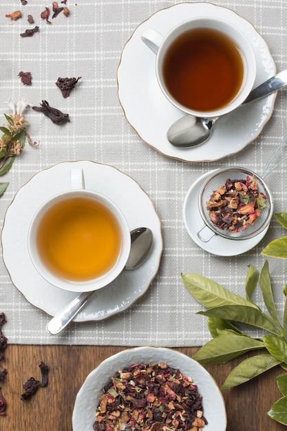 木製のテーブルクロスに乾燥茶ハーブ風味のティーカップ 無料写真