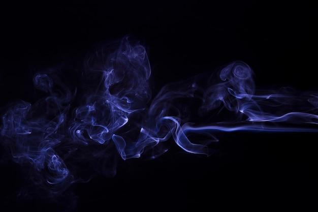 Движение фиолетового абстрактного дыма на черном фоне Бесплатные Фотографии