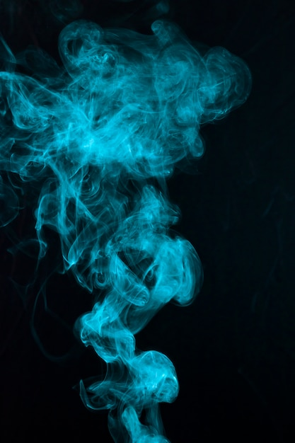 黒い背景に美しい青い煙パターンが広がる 無料写真
