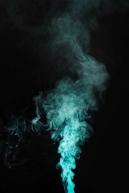 暗い背景に緑色の煙の動き 無料写真