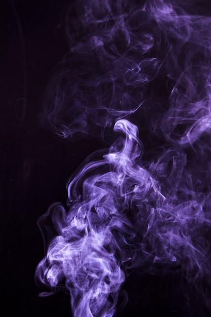 Мягкий фокус дыма закрученного на черном фоне Бесплатные Фотографии