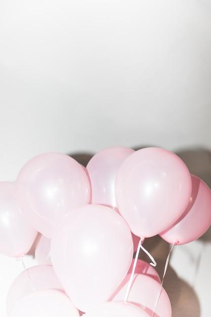 白い背景にピンクの膨らませてバルーンのクローズアップ 無料写真