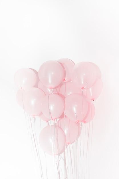 白い背景に対して誕生日の装飾のためのピンクの風船のクローズアップ 無料写真