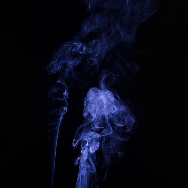 Распространение мягкого фокуса фиолетового дыма на черном фоне Бесплатные Фотографии