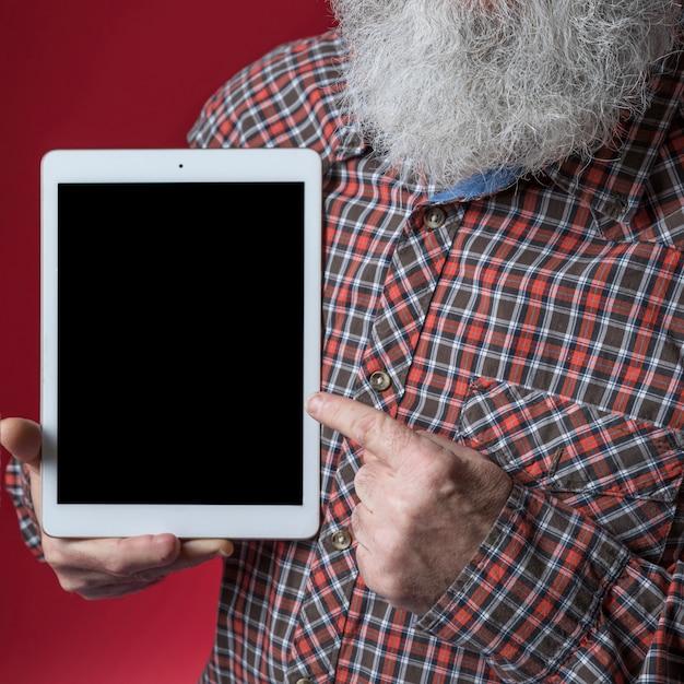 デジタルタブレットに年配の男性人差し指のクローズアップ 無料写真