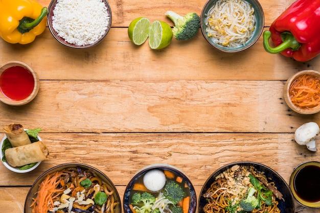木製の机の上の野菜と伝統的なタイ料理で作られたフレーム 無料写真