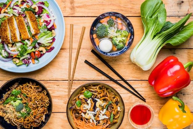 チンゲン菜;ピーマンと黒の背景にテーブルの上のタイの伝統的な食べ物 無料写真