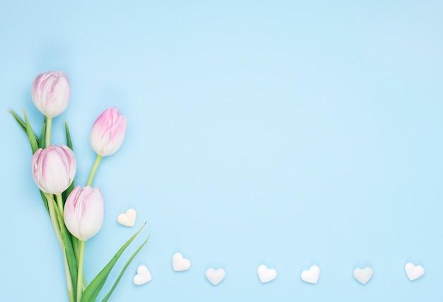 小さな心とチューリップの花 無料写真