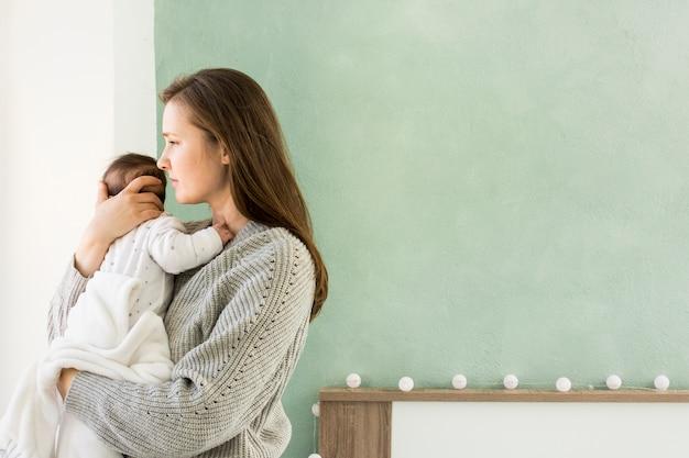 かわいい赤ちゃんを抱いてセーターの母 無料写真