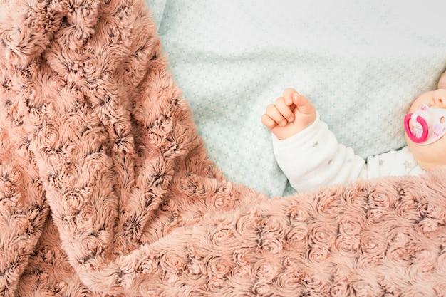 ベッドで寝ているかわいい赤ちゃん 無料写真