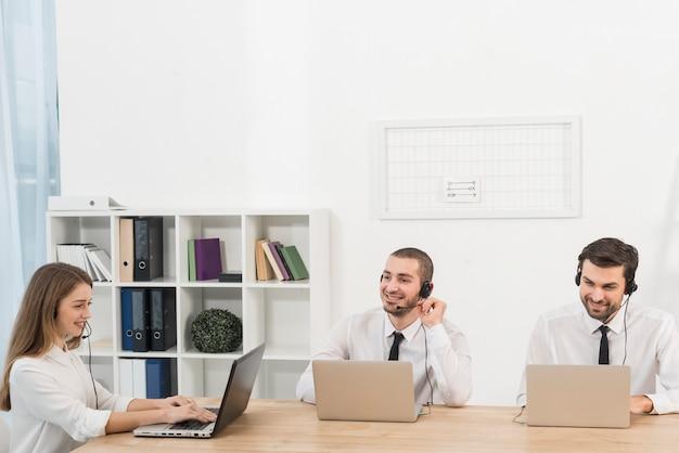 コールセンターで働く人々 無料写真
