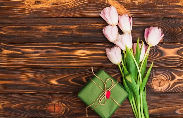 花の束とテーブルの上のギフトボックス 無料写真