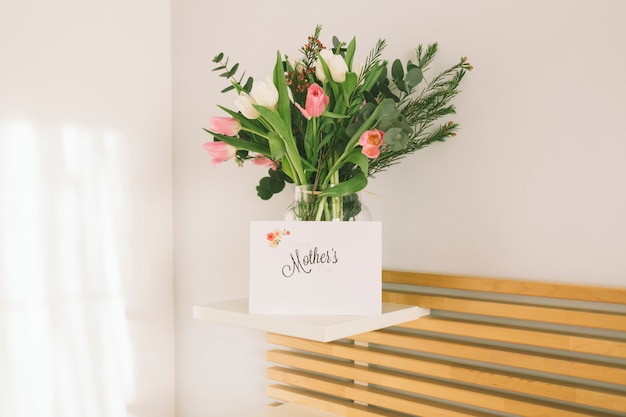 花瓶の花を持つ母親の碑文 無料写真