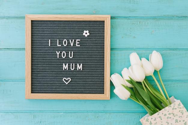 私はあなたを愛してチューリップと母の碑文 無料写真